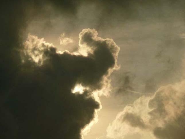 Alakot öltő felhők